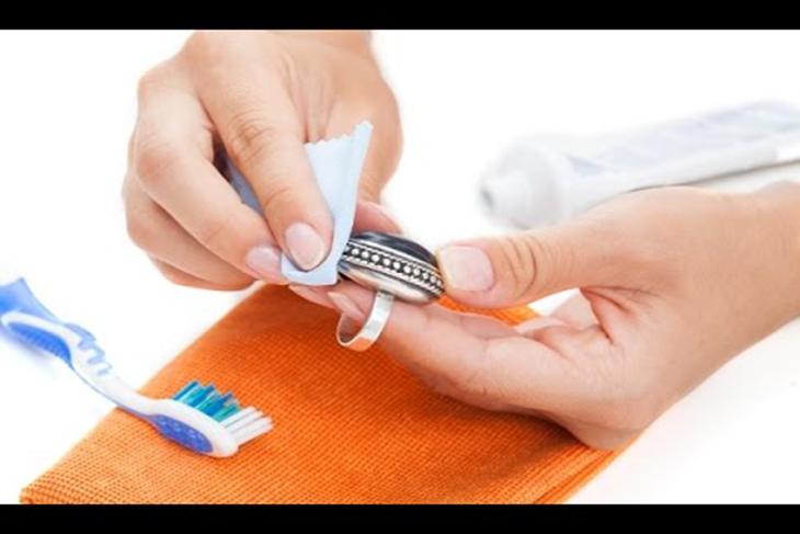 استخدام معجون الأسنان لتلميع أواني الفضة