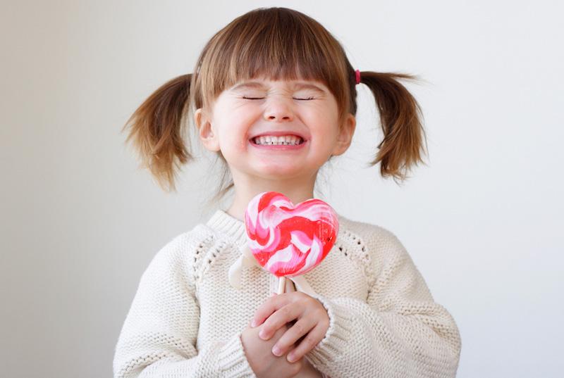 هل صحيح أن السكر قد يجعل الطفل مفرطاً في الحركة؟ أكتشف