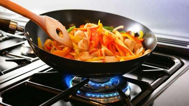 للوقاية من الكورونا.. تعرف على أهم 6 خطوات لإعداد طعام آمن في البيت - المشاهدات : 3.17K
