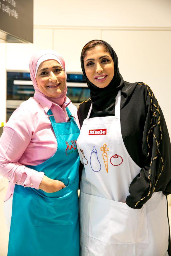 منال العالم في عرض طهي مباشر  مع الشيخة هند القاسمي-0