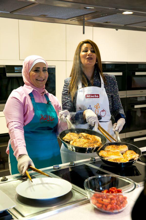 منال العالم في عرض طهي مباشر  مع الشيخة هند القاسمي-7
