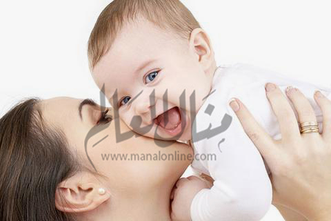 4 عادات خاطئة تؤذي طفلك.. أبرزها القبلات والأحضان