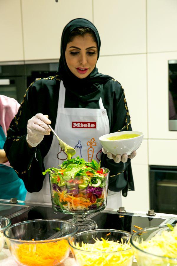 منال العالم في عرض طهي مباشر  مع الشيخة هند القاسمي-6