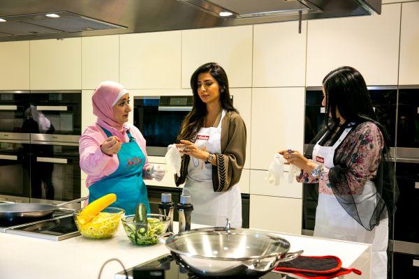منال العالم في عرض طهي مباشر  مع الشيخة هند القاسمي-4