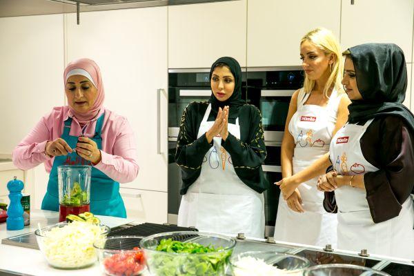 منال العالم في عرض طهي مباشر  مع الشيخة هند القاسمي-3