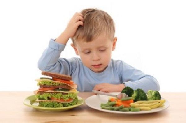 طفلك لا يأكل كل شيء؟ هكذا تقنعيه - المشاهدات : 9.92K