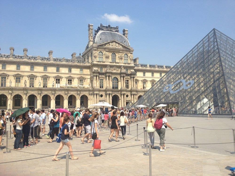 Musée du Louvre en été