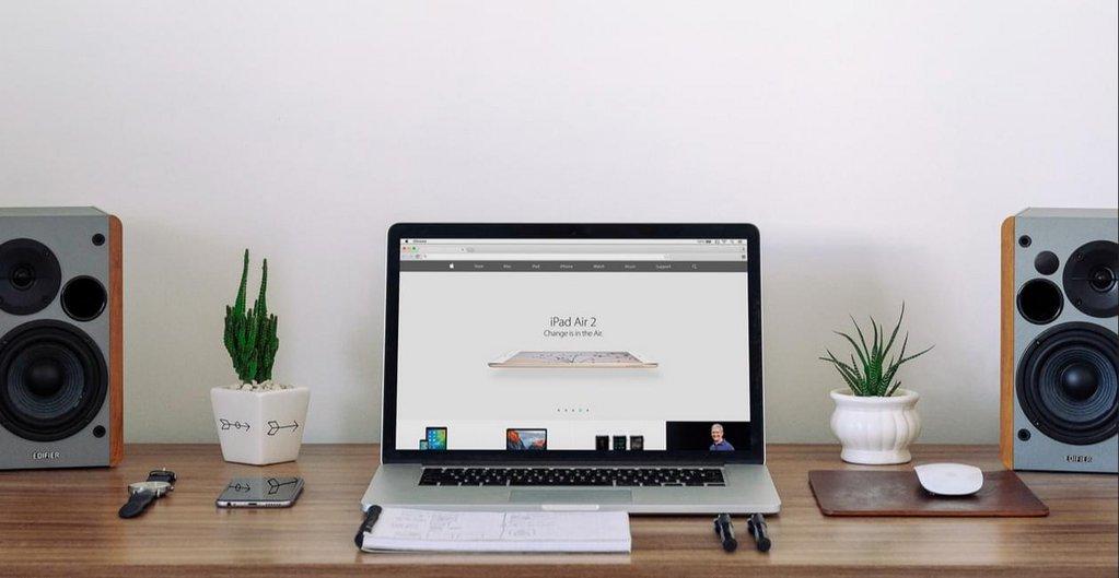 MacBook sur un bureau – mockup gratuit-1