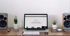 MacBook sur un bureau – mockup gratuit