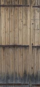 Ancienne porte en bois avec structure métallique