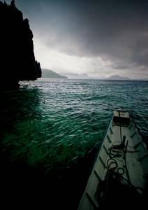 Bateau sur eaux turquoises
