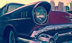 Chevrolet devant un paysage urbain