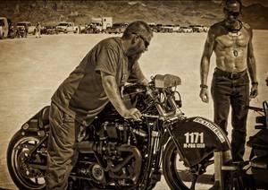 Deux bikers en train de préparer une moto