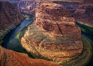 Canyon entouré de verdure et d'eau