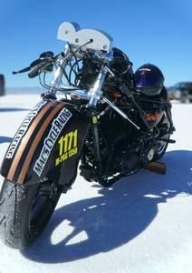 Moto de course dans désert blanc