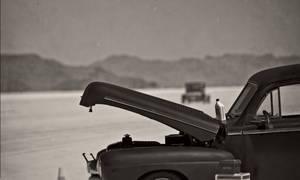 Voiture en panne dans le désert