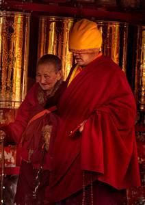 Tibétains en tenues cérémoniales