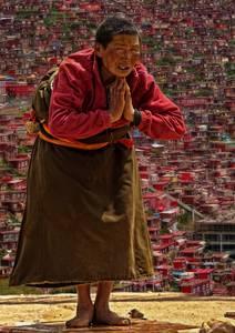 Tibétaine devant larung gar