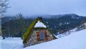 Maison de pierre sous la neige