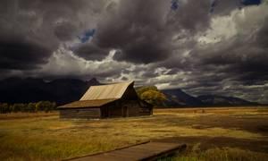 Ranch en bois au milieu d'un prairie
