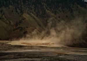 Vapeurs d'un lac chaud en montagne