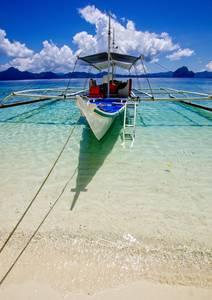Bateau amarré sur plage paradisiaque