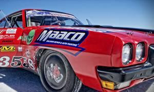 Voiture de course couverte de sponsors