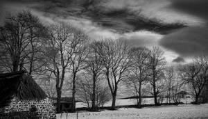 Ferme en pierre sous la neige