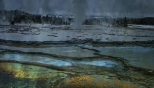 Lac et geyser dans une montagne enneigée