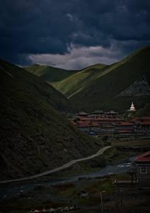 Village tibétain au creux des montagnes