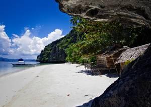 Paillote en bambou sur plage paradisiaque