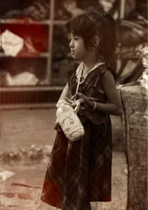Jeune fille en robe portant une gourde