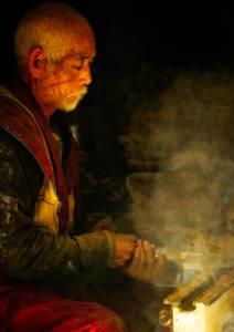 Tibétain travaillant le bois