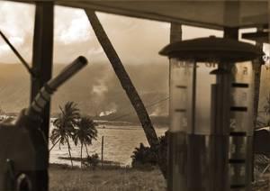 Lac et palmiers vus depuis une vieille station à essence