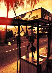 Petite station d'essence au bord de la route
