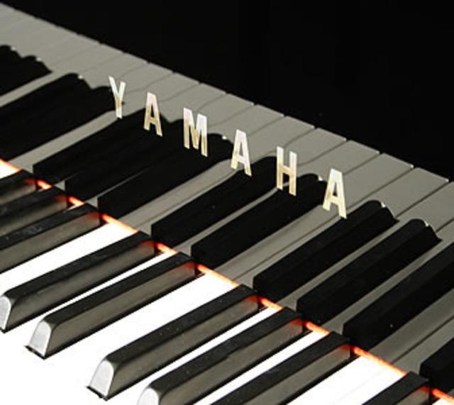 PHOTO - Yamaha piano keyboard