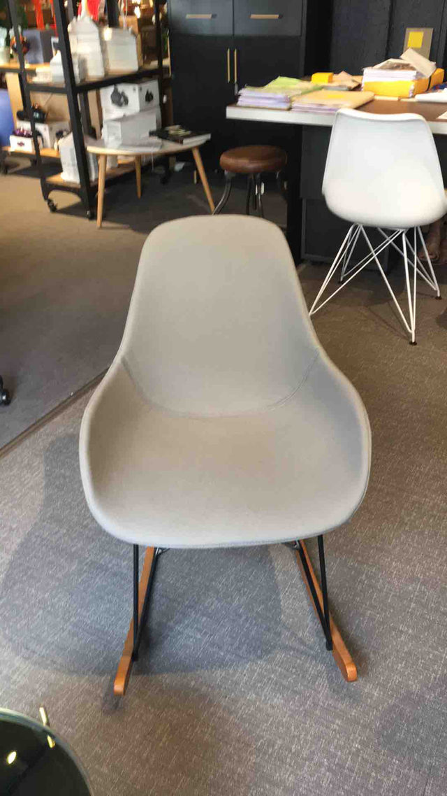 Chaise à bascule grise