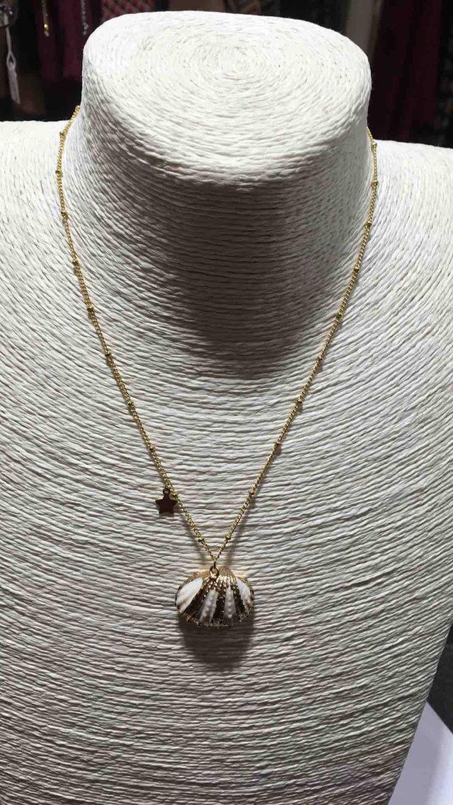 Collier fantaisie de couleur dorée pour femmes en acier.
