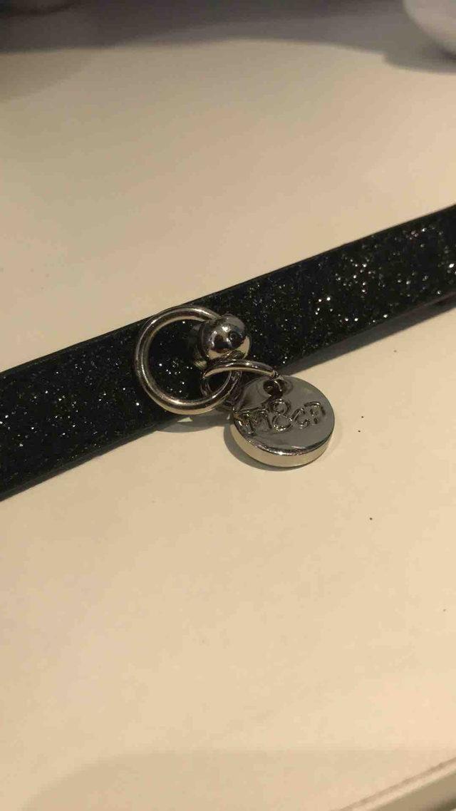 collier noir a paillettes