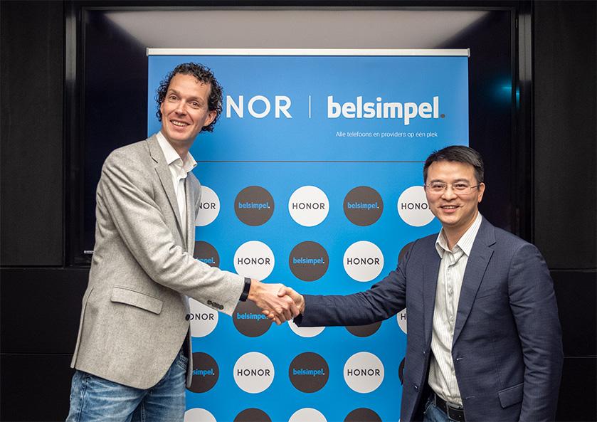 Jeroen Elkhuizen (oprichter Belsimpel) schudt de hand van Michael Pan (president van de West-Europese regio bij Honor) om de samenwerking te bekrachtigen, Honor, Belsimpel, Jeroen Elkhuizen, Michael Pan