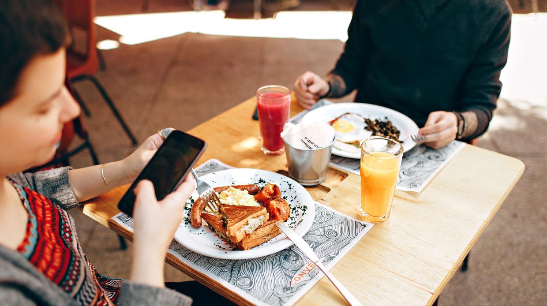 Checkt jouw partner je telefoon? Onderzoek smartphone & relatie