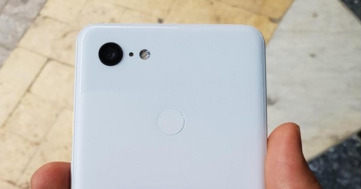 Informatielek toont afbeelding Google Pixel 3 XL 'Clearly White'