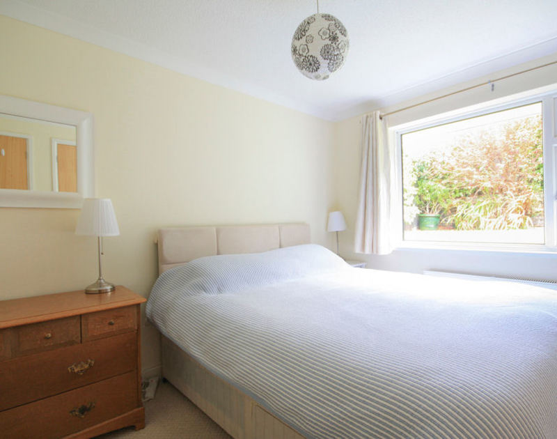 The king size bedroom with en-suite shower room in Sunnybank, a self catering holiday rental in Port Isaac, Cornwall.