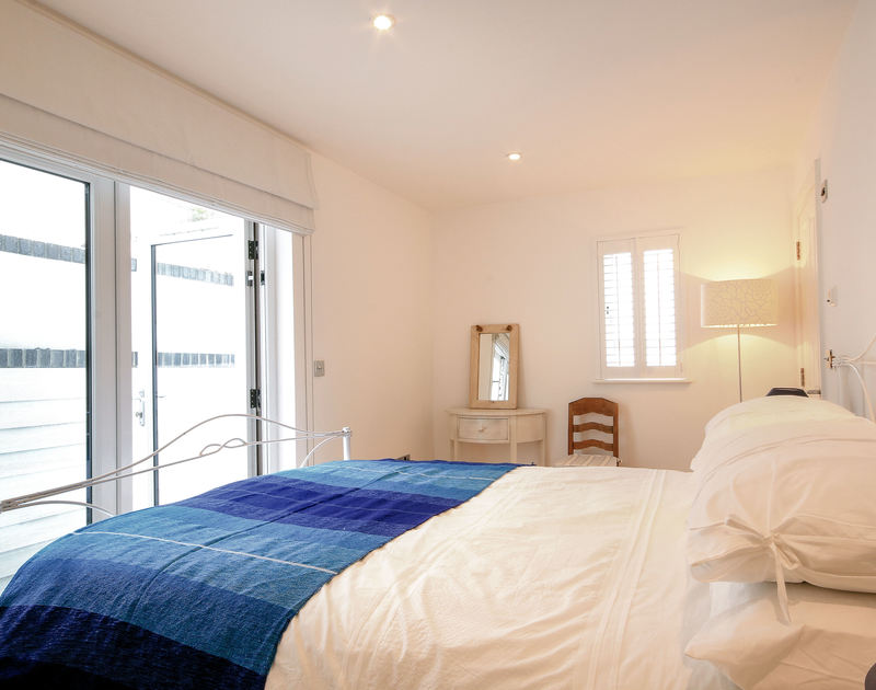 Kingsize double bedroom with en-suite shower room of Derowen, a self-catering holiday house in Port Isaac, Cornwall