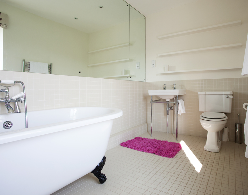 Chic ensuite bathroom of the master bedroom at The Old Granary, a self-catering holiday house in Rock, Cornwall