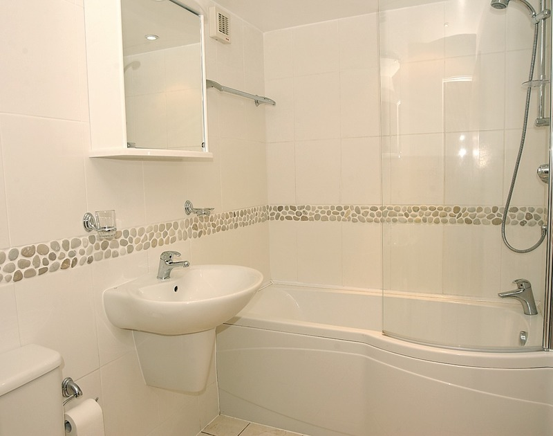 The contemporary bathroom in Slipway 15, a self catering holiday cottage in Rock, North Cornwall.