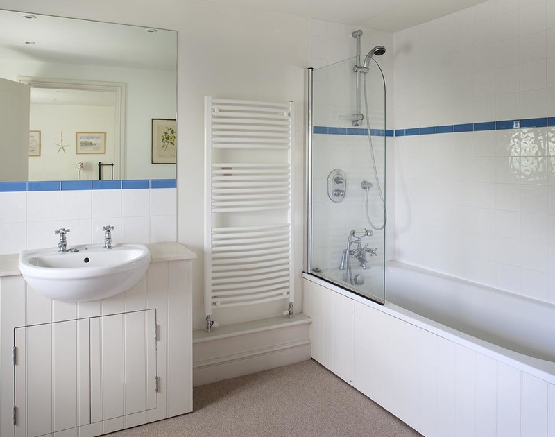 The ensuite bathroom of a twin room at Farlands, superb holiday house to rent at Daymer Bay