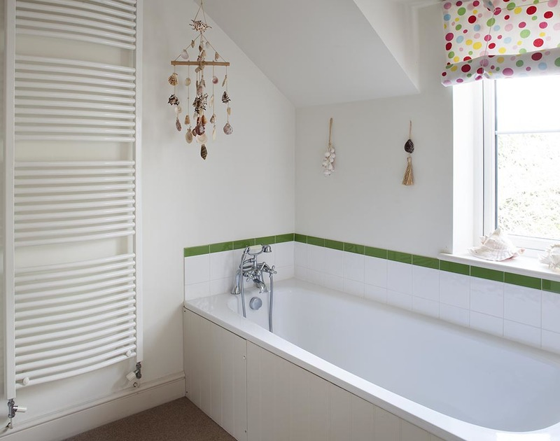 The ensuite bathroom of the master bedroom at Farlands, holiday house near Daymer Bay