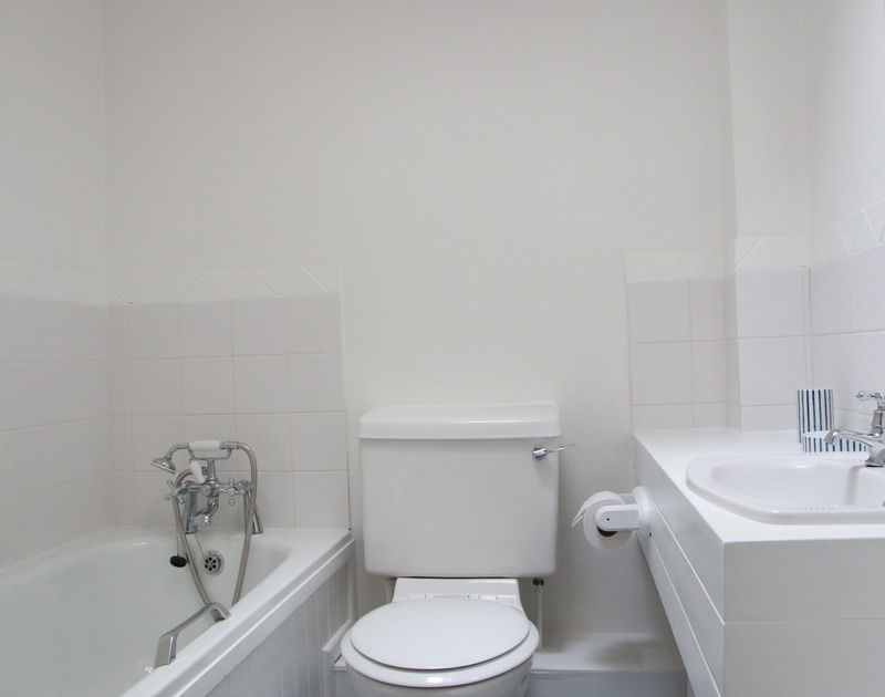 The compact bathroom of Slipway 10, self catering holiday house in Rock, Cornwall