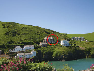The stunning cliffside location of Folly 2, a holiday house set above the historic harbour of Port Isaac, Cornwall